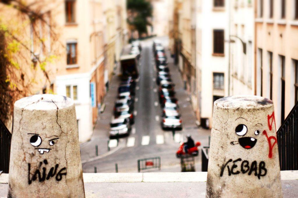 Sur deux plots, rue Célu à la Croix-Rousse étaient dessiné deux yeux et une bouche. En dessous des visages, deux tags, King et Kebab.