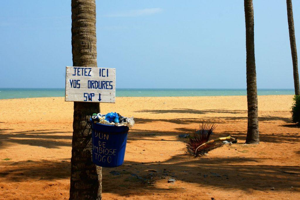 Sur la plage de Lomé, au Togo, une poubelle bleue porte la mention « Jetez ici vos ordures SVP ». Sur la poubelle est inscrit le nom de l'ONG qui l'a posée.