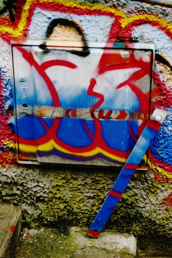 En ballade urbaine, rue Joséphin Soulary, ce boitier qui a été tagué, fermé avec une barre de fer, tagué encore par dessus et finalement ré-ouvert.