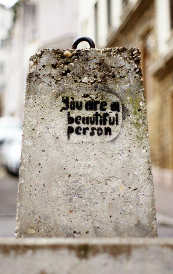 En ballade urbaine, j'ai trouvé ce plot rue Saint Dié à Lyon 4ième. Au pochoir, on nous a laissé ce sympathique message, « Your are a beautiful person ».