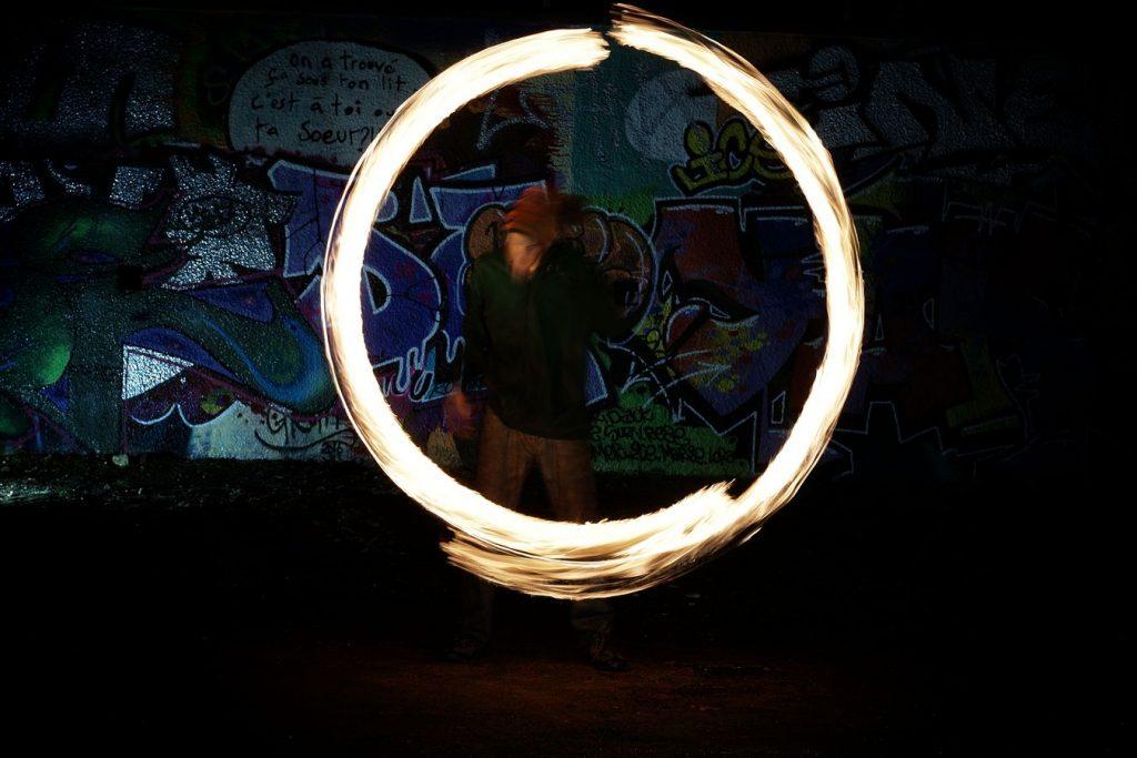Lors de la session feu au square rue Philippe de Lasalle à Lyon, Léonard fait de la jonglerie au météore de feu et fait un cercle presque parfait.