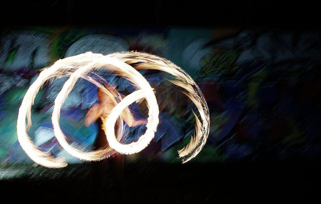 Johanna fait de la jonglerie aux poïs enflammés rue Philippe De Lasalle. J'ai heurté mon pied photo ce qui a provoqué cet effet impressionniste.