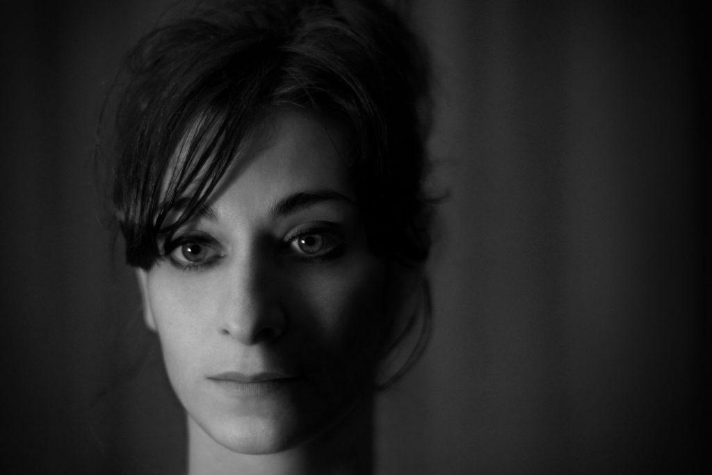 Portrait noir et blanc de Mathilde pris en studio. Elle attendais que j'ai fini les réglages de mon appareil et semblait perdue dans ses pensées.