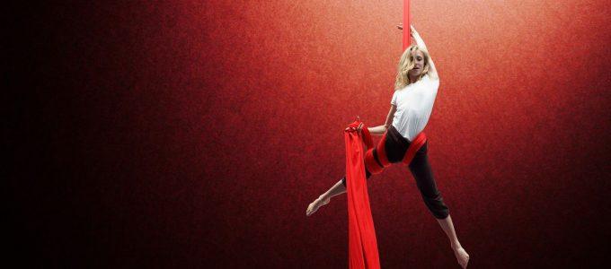 Ella s'entraine au tissu aérien au gymnase d'Overground Circus