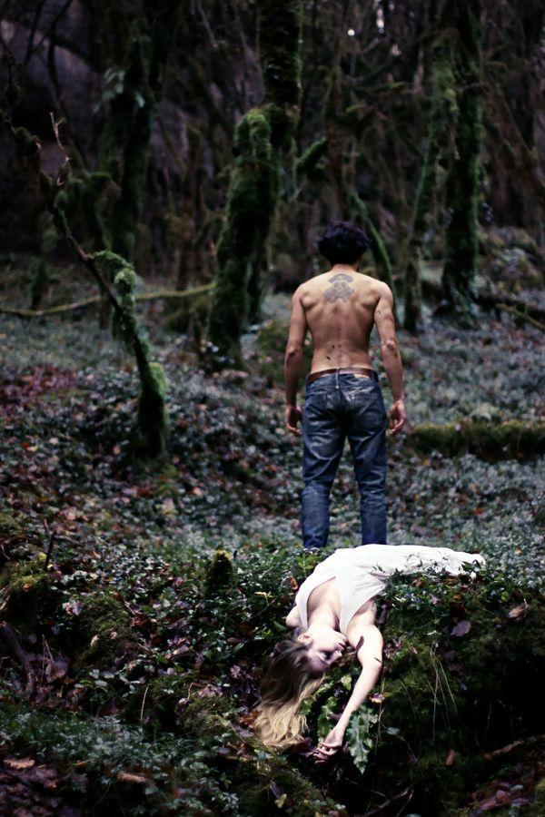 Une princesse blonde en robe blanche a été assassinée dans les bois. Derrière elle, debout, se tient un homme torse nu. Est-ce son amant ou son meurtrier.