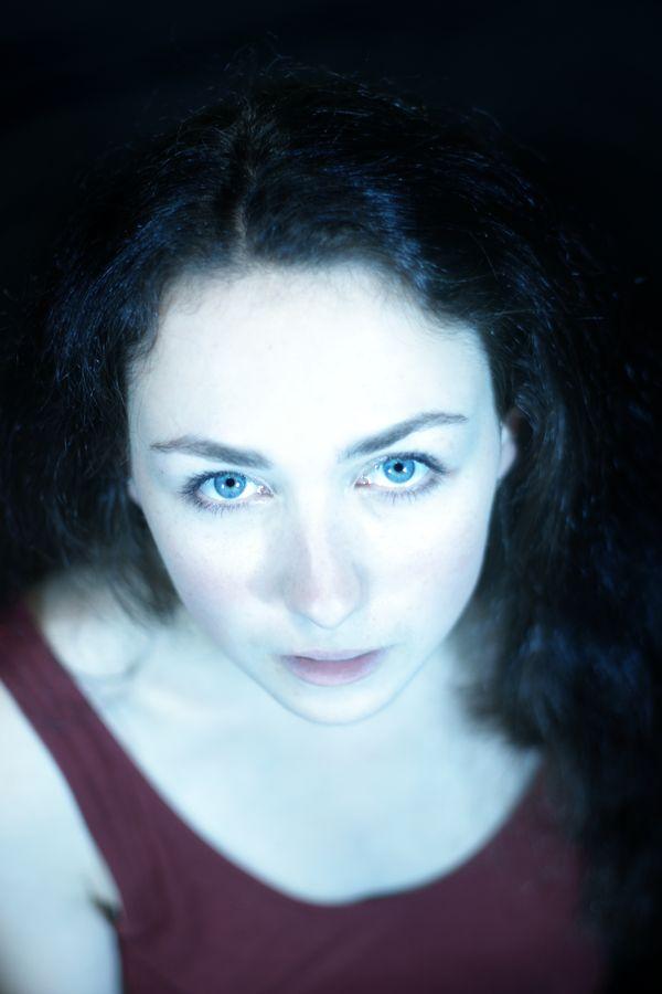 Portrait high-key d'Iris dans mon studio improvisé de Caluire-et-Cuire. La lumière forte fait ressortir la pâleur de sa peau et l'éclat de ses yeux bleus.