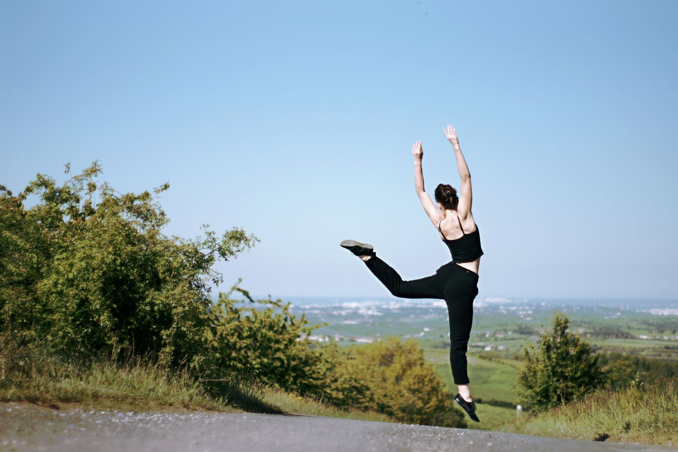 Pour une session de danse contemporaine, Mathilde s'élance dans les airs, non loin de la chapelle de Saint-Laurent d'Agny.