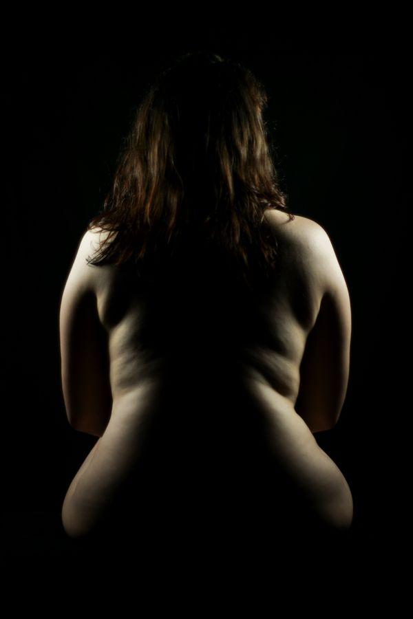 Alice est assise nue, de dos, son corps dessine les courbes d'un violoncelle. Sa position nous donne une sensation de calme et de sérénité.