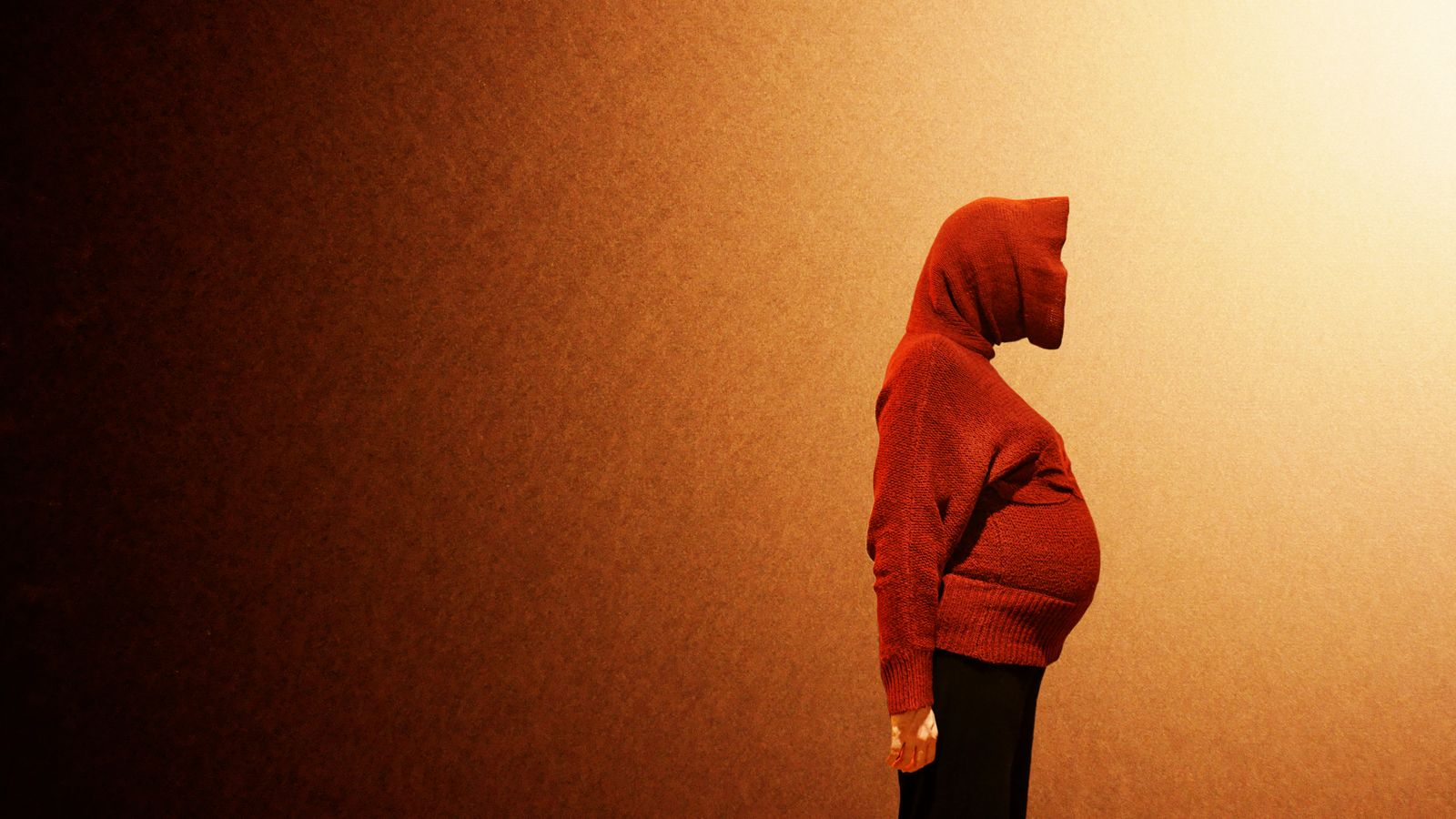 Loin de la photo de grossesse classique, on s'interroge sur la nature du modèle. Extra-terrestre, femme enceinte, elle est fermement tournée vers l'avenir.