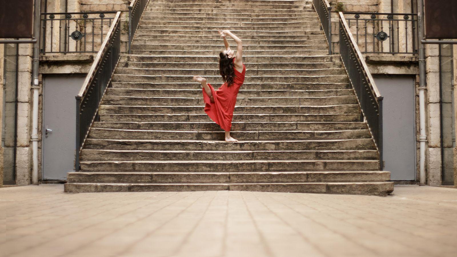 Mathilde, en robe rouge, fait de la danse contemporaine Passage Thiaffait. Elle a, alors une position très dynamique, comme un élan vers le ciel.