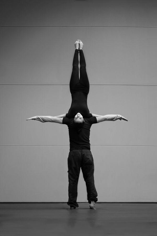 Iona et Jonas font du porté acrobatique au gymnase d'Overground Circus. Pour cette image en noir et blanc, les AcroGones présentent un nuque à nuque.
