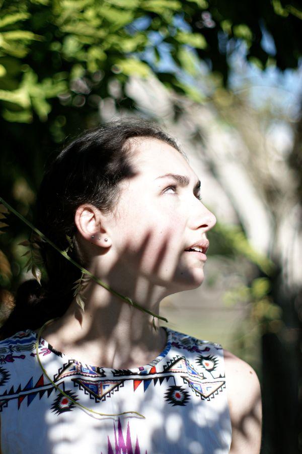 Une vrille de vigne s'enroule autour du cou d'Iris, à la roseraie de Montessuy, à Caluire-et-Cuire. La nature porte, alors son ombre sur la jeune fille et tente de l'apprivoiser.