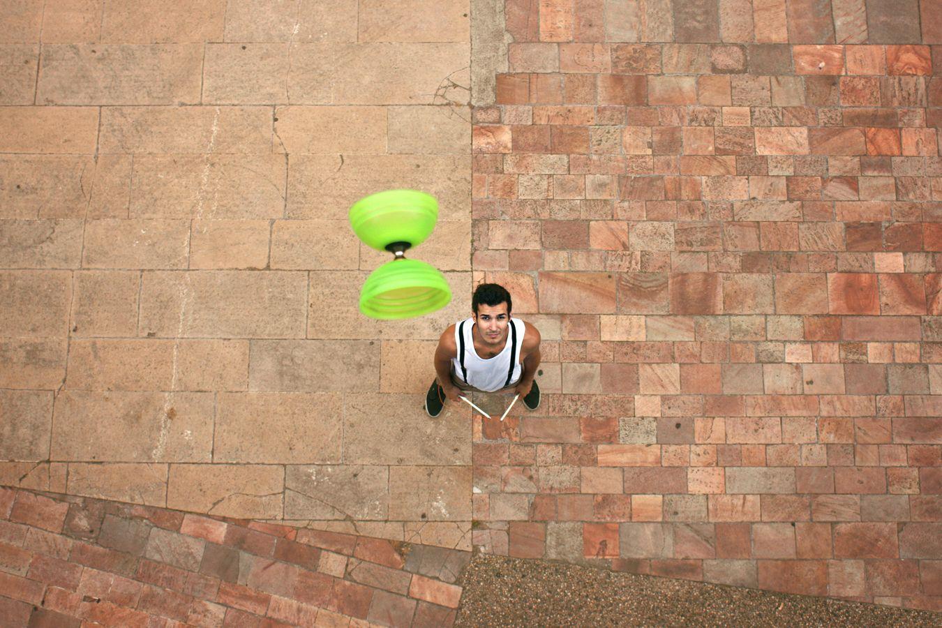 Yohan Durand vient de lancer son diabolo vert dans les airs. Là, sur le parvis de l'auditorium de Lyon, il attend tranquillement que son agrès retombe. Il n'est pas pressé, car il sait qu'il a le temps.