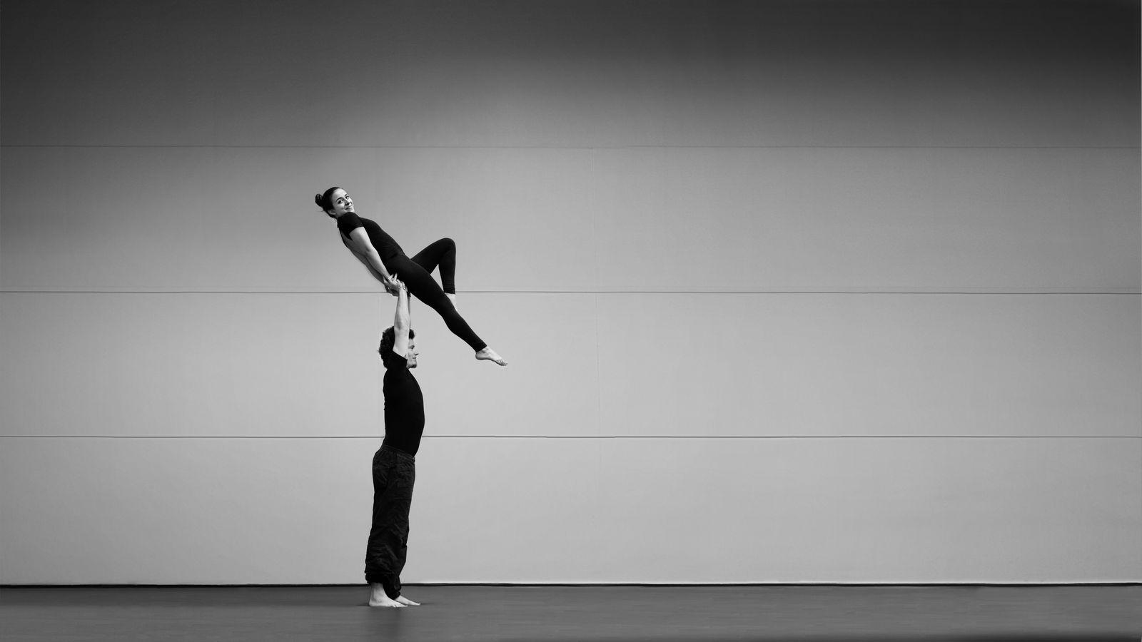 Iona et Jonas font de l'AcroYoga au gymnase d'Overground Circus. Ionas présentent, aujourd'hui une hirondelle dos, mais avec le sourire. C'est une figure de porté acrobatique qu'on voit plus souvent en danse qu'en cirque.