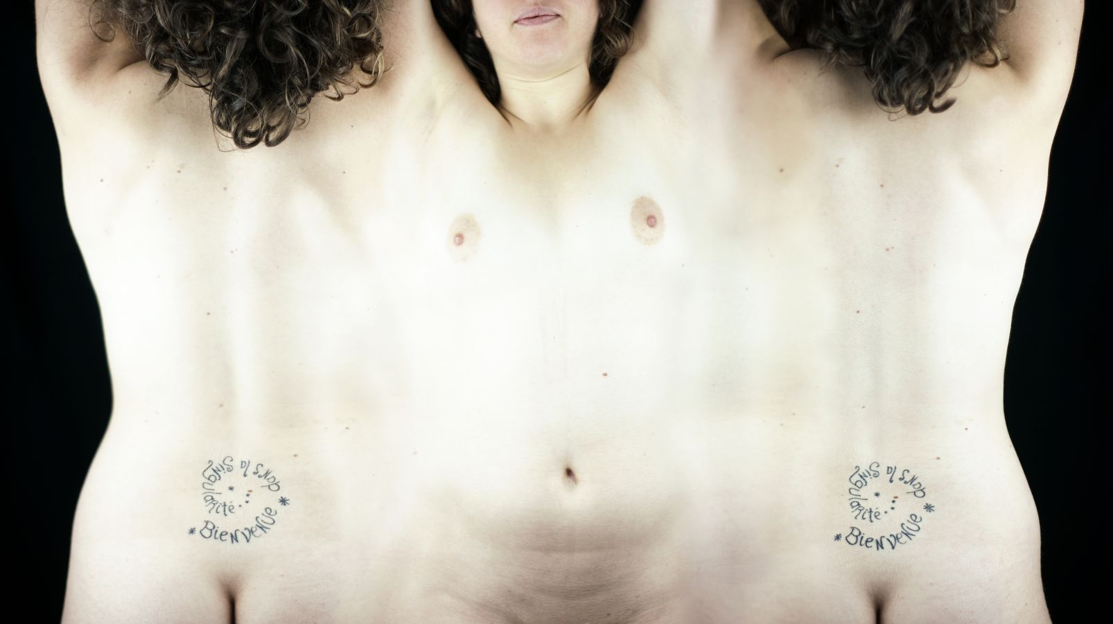 Vision à plat d'un corps en 3D. Charlotte à été mise à plat, sa peau est comme déroulé. Cette mise en scène présente de la nudité non-sexualisée.