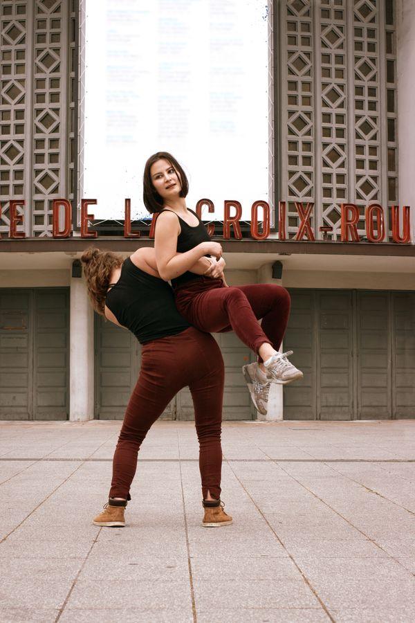 Claire et Léna dansent devant le Théâtre de la Croix-Rousse, ancienne Maison de la danse. Il est, alors facile de passer de la danse contemporaine au porté.