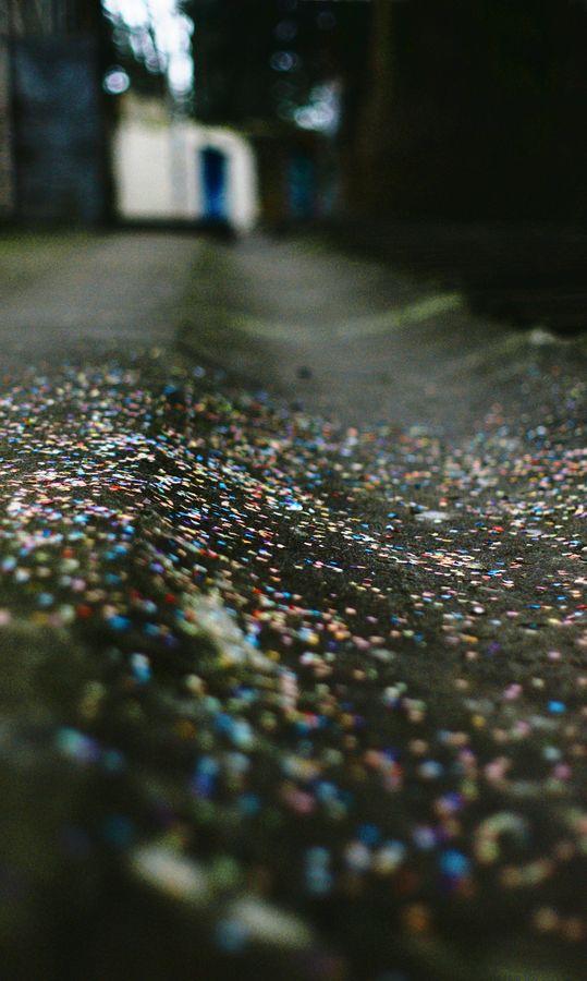 En descendant la rue Joséphin Soulary à Lyon, je suis,alors, tombé sur une flaque de confettis. Sûrement un reste d'un enterrement de vie de fille/garçon.