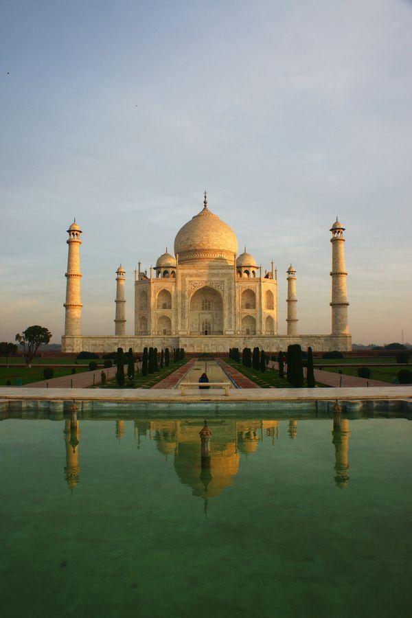 Je me suis levé très tôt ce jour pour photographier le Taj Mahal sans personne. pari presque réussit, il n'y a qu'une personne sur l