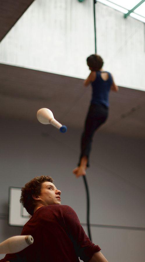 Martin fait un backcross aux massues pendant que derrière lui Charlotte teste la nouvelle acquisition de l'association Overground Circus : une corde lisse.
