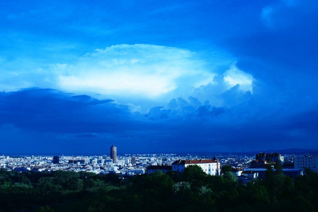 En soir de mai, juste après un orage, le ciel à pris cette couleur incroyable au-dessus de Lyon. Puis les nuages ont dessiné cet immense œil.