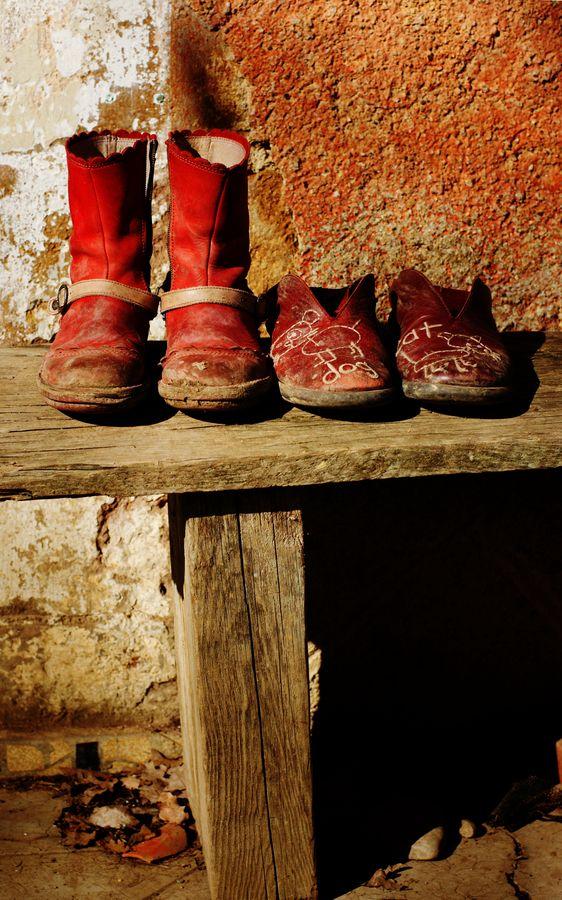 Un soir, ma sœur avait laissé ses chaussures rouges sur un banc dehors. Elles étaient posées, comme ça, à côté d'une autre paires de chaussures rouges.
