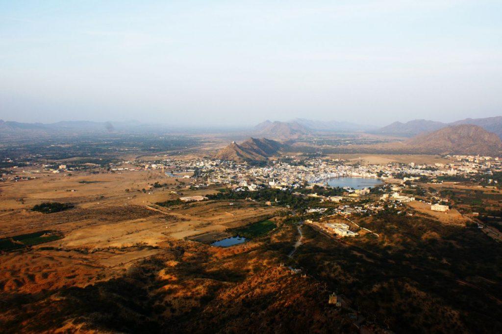 Pushkar et son lac, au Rajasthan en Inde, vue depuis une colline qui surplombe la ville. Le sommet était serein en comparaison de l'agitation de la cité.