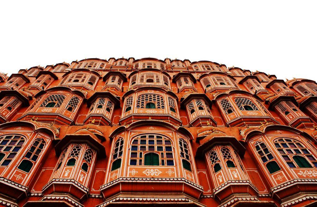 Le palais de vents, l'Hawa Mahal, à Jaipur, au Rajasthan en Inde, vu en contre-plongée. L'image est quasiment bicolore blanc et rose-orangé.