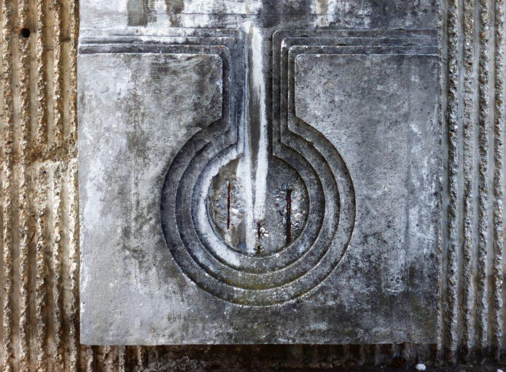 Le quartier de la piscine à Caluire-et-Cuire est orné de décorations en béton. En vieillissant les fers apparaissent et cette œuvre ressemble à une larme.