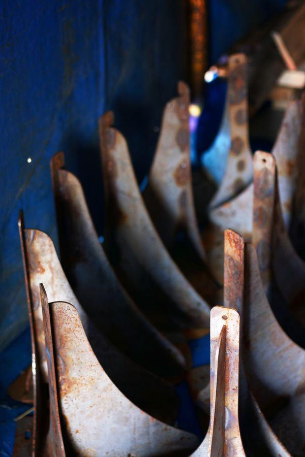 Des supports en métal pour le chapiteau bar d'Ardheia pendant la convention de Jonglerie Au Bout des Doigts, sur le campus de la Doua à Villeurbanne.