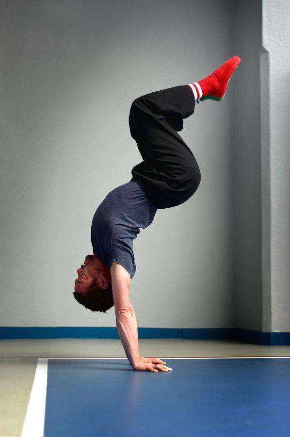 Henri en équilibre dans la position de l'escalier en entrainement au gymnase d'Overgroud Circus. Cette figure est proche de l'équilibre mexicain.