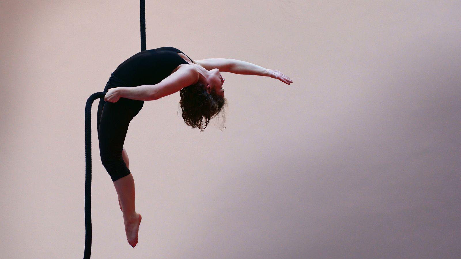 Margot fait de la corde lisse au gymnase d'Overground Circus. Brian Wilson a sélectionné cette photo pour l'éditeur choice de 500px.com.