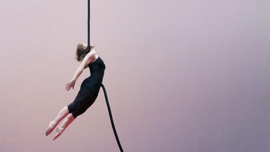 Margot fait de la corde lisse au gymnase d'Overground Circus.