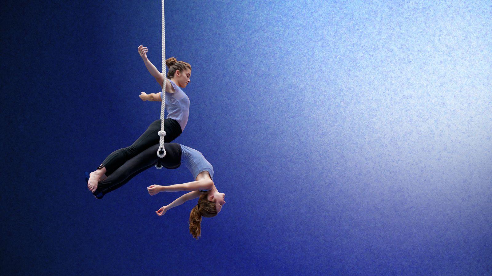 Margot et Marion font du trapèze à deux Overground Circus. Les sœurs qui pratiquent le cirque aérien depuis longtemps, voulaient faire une figure ensemble.