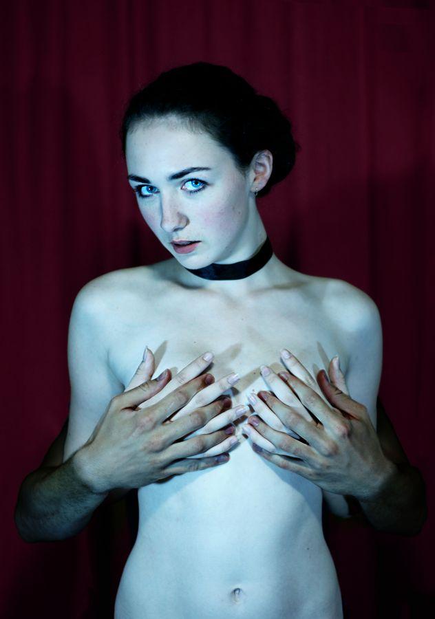 Deux paires de mains masquent la poitrine nue d'Iris. Dans le studio improvisé de Caluire, elle lance un regard un regard de défi aux spectateurs.