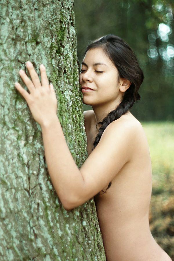 Ana, nue, fait un câlin à un arbre à Grézieu-la-Varenne. Sa joue contre l'écorce, elle ferme les yeux, alors qu'un sourire léger se dessine sur ses lèvre.