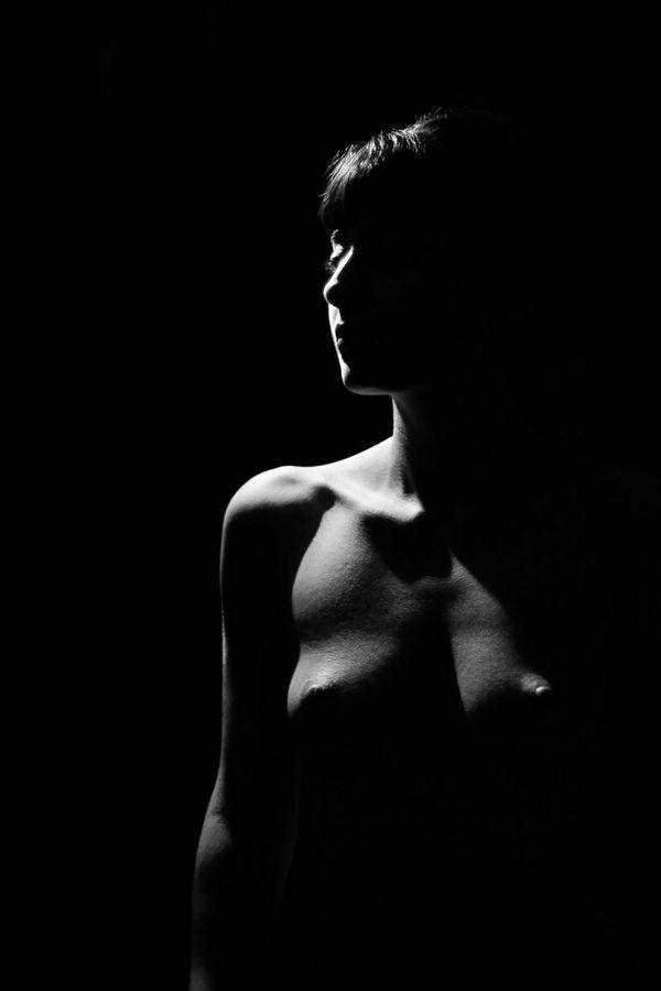 Une forte lumière illumine l'épaule nue de Maeva. Seule une ligne dessine son visage et son bras alors que des ombres viennent dessiner son buste.
