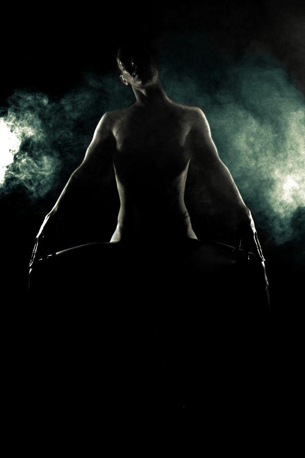 Pauvre mortel, soumets-toi au regard implacable d'Alecto, une Érinyes. Sa silhouette imposante se découpe dans la fumée alors qu'elle décide de ta sentence.