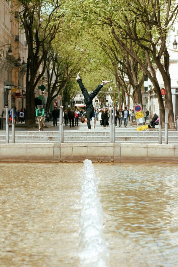 Martin est en équilibre au bout de la fontaine, place de République. Telle la république avant les élection, il peut donc tomber, d'un côté ou de l'autre.