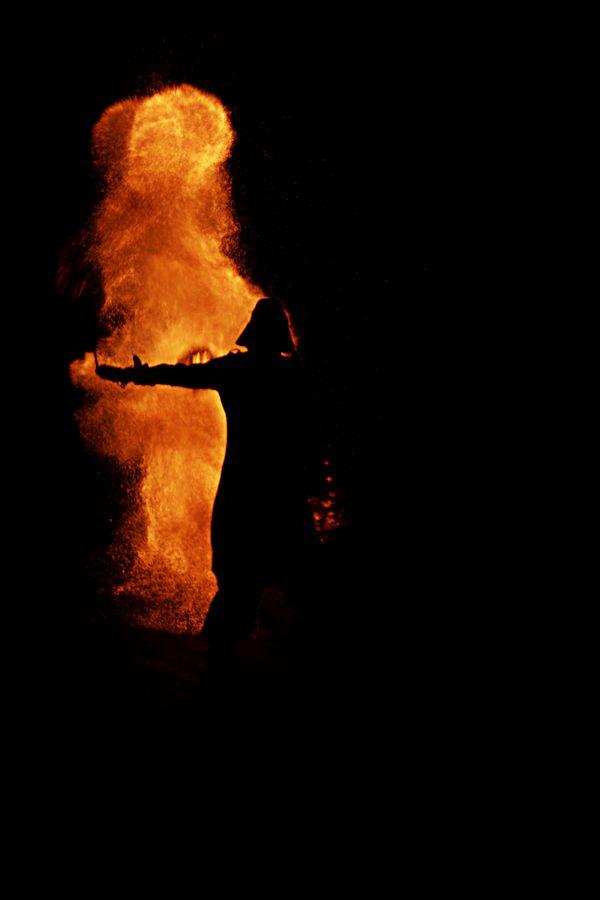 Léonard, un jongleur Lyonnais fait du météore charbon, sa silhouette qui se découpe sur les flammes fait penser à un célèbre Jedi noir.
