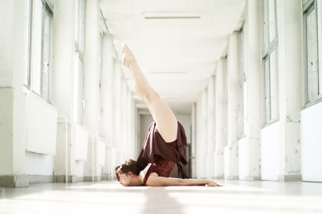 Dans la galerie de l'hôpital de la Croix-Rousse, Mathilde fait de la danse contemporaine. Le menton sur le carrelage, elle fait un scorpion, jambes tendues.
