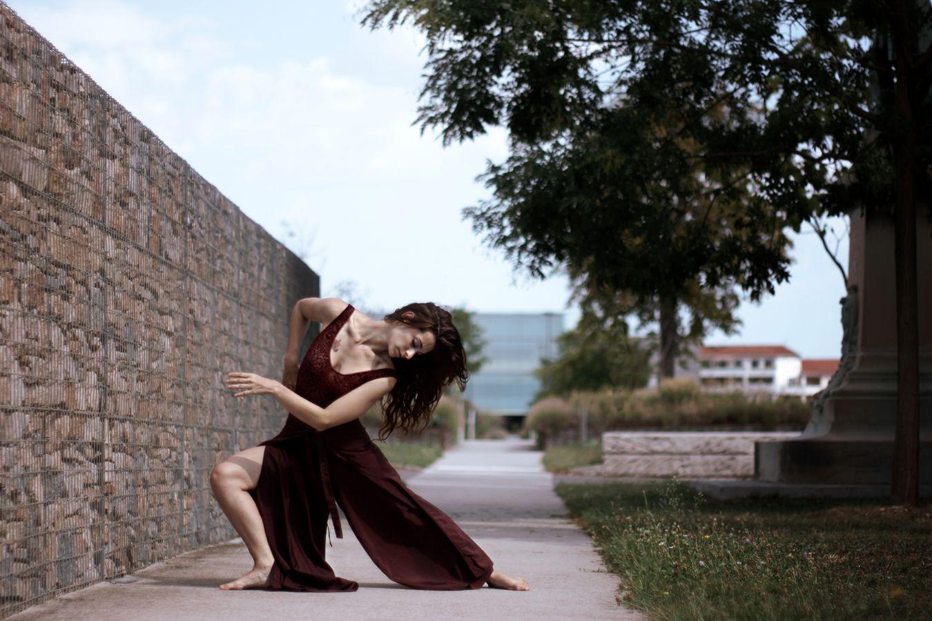 Mathilde fait de la danse contemporaine dans le parc de l'hôpital de la Croix-Rousse. Son mouvement prolonge les lignes géométriques de l'architecture.