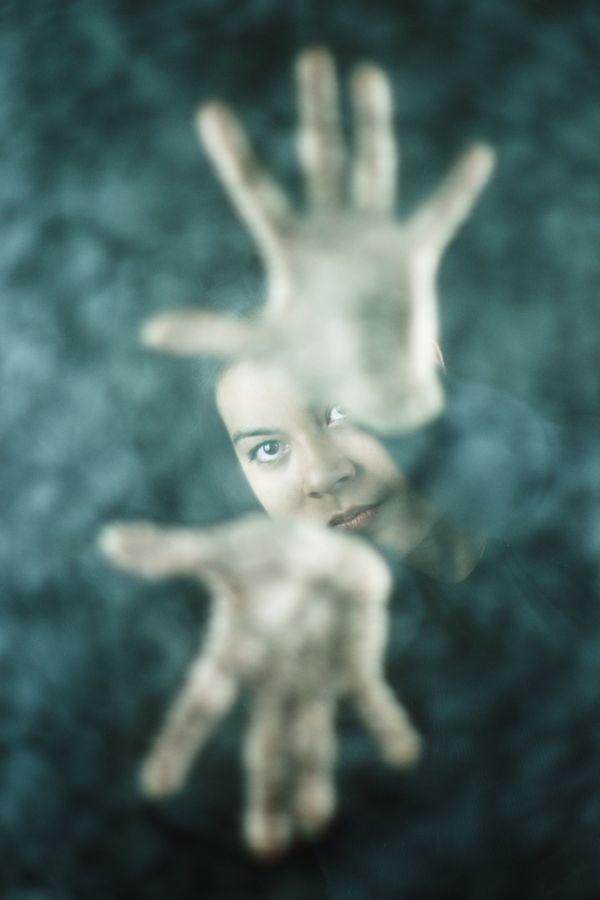 Portrait d'Ana qui lance une incantation magique, mais quelle est ce sort. Est-ce la projection d'une boule de magie pure ou est un bouclier éthéré ?