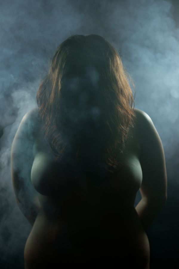 Alice, nue dans la fumée baisse la tête, ainsi ses longs cheveux masque son visage. Alors, un fantôme substitue un visage de fumée aux traits d'Alice.