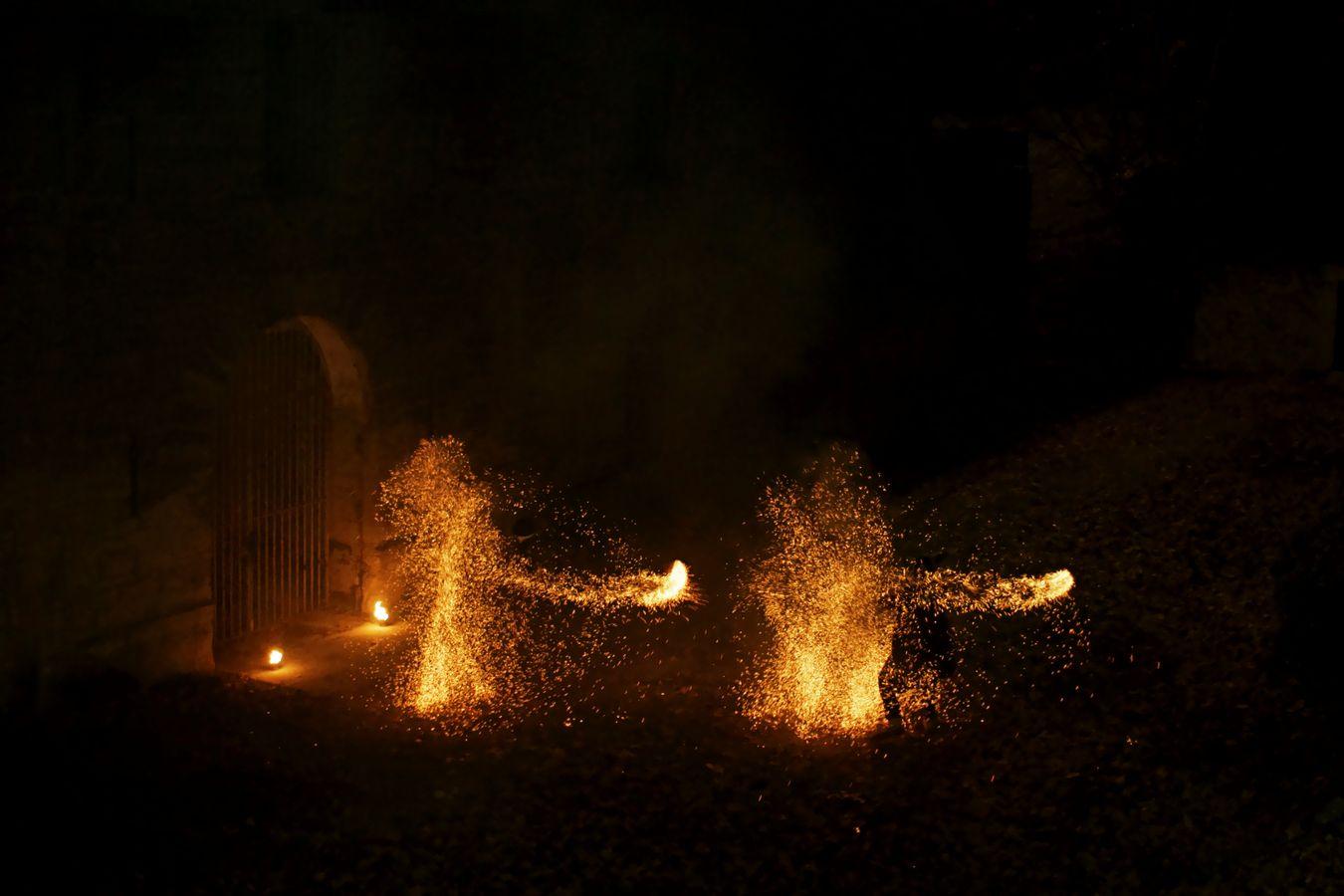 Etienne et Jean-Souleymann de la compagnie Mimétis font tournoyer des dart ropes au Fort de Montessuy à Caluire-et-Cuire. Ces agrès de feu sont remplis de charbons et projettent des étincelles tout autours d'eux.