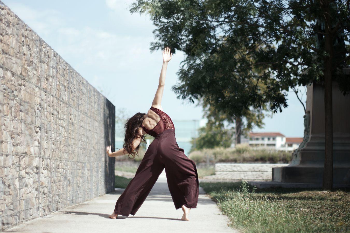 Mathilde fait de la danse contemporaine dans le parc de l'hôpital de la Croix-Rousse. Il semble qu'elle lève un bras derrière elle, comme pour se protéger du soleil qui l'éblouie.