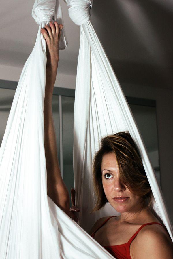 Sydney, chez elle, se repose dans son berceau aérien. Cette photo de cirque aérien se rapproche, donc plus d'un portrait que d'une image de performance.