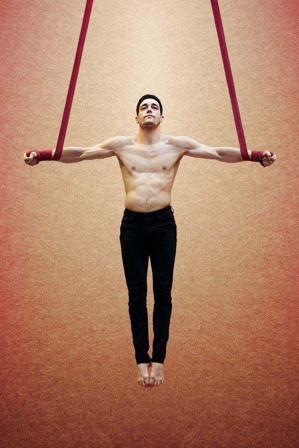 Au gymnase d'Overground Circus à Lyon 5e, Yoann Doaré réalise une croix de fer. Sa tête légèrement relevée lui donne une attitude christique.