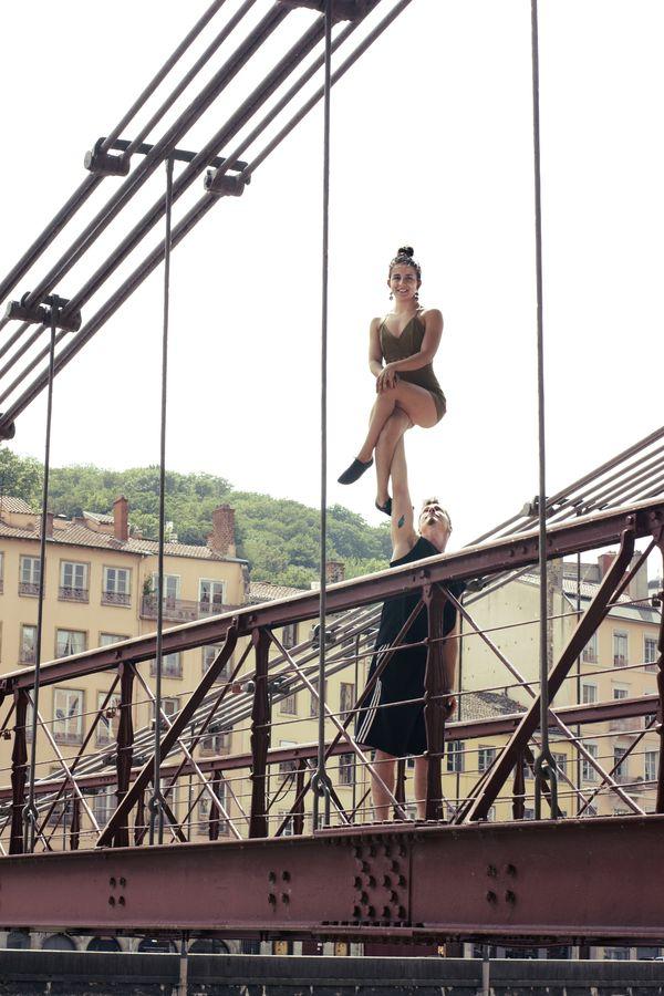 Les AcroGones Ionas font du porté acrobatique sur la passerelle Paul Couturier. Ils vous présentent une duchesse sur l'ancienne passerelle Saint Georges.