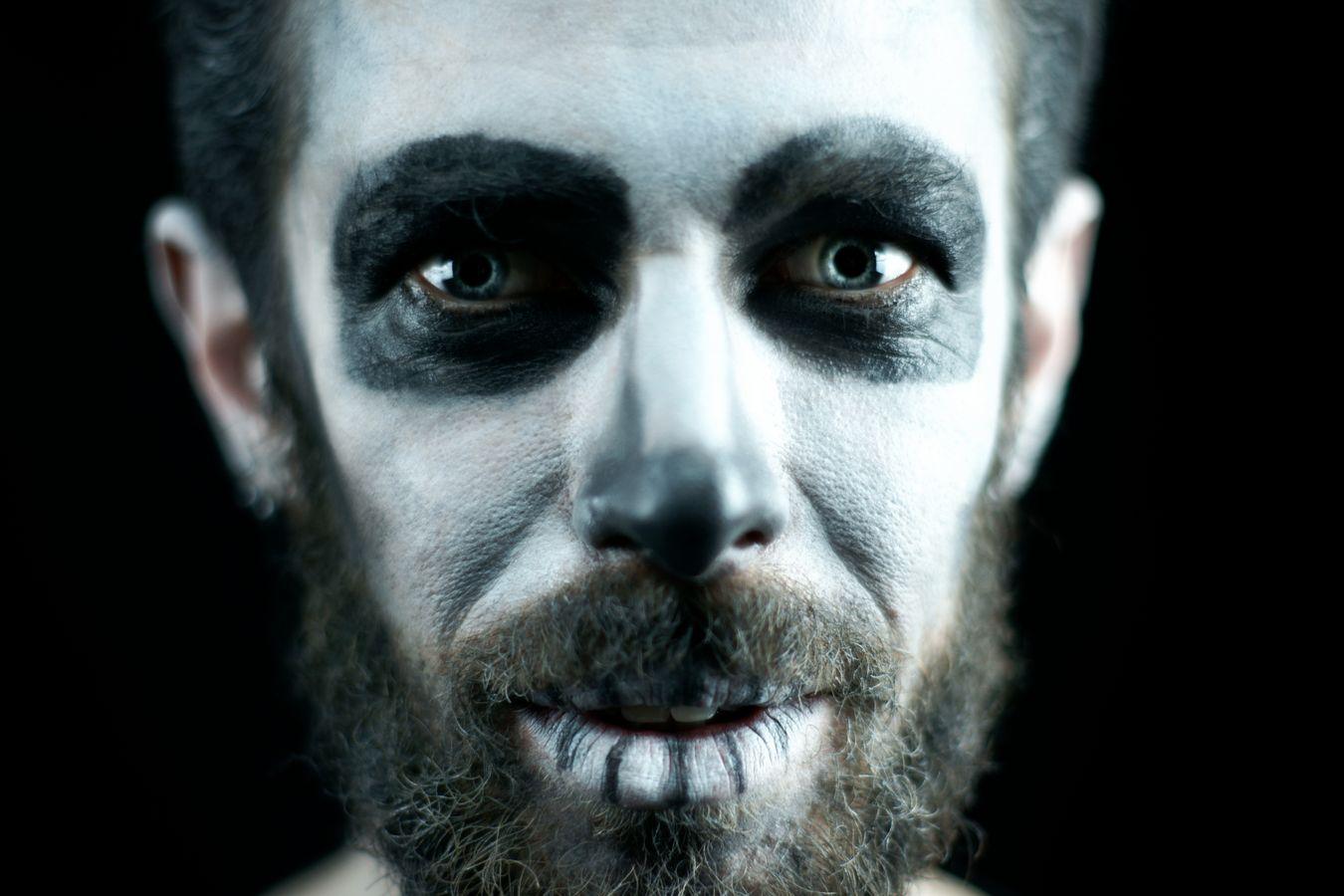 Alors que t'es en train de rêver, soudain, un démon apparaît devant toi. Rémy Bernard maquillé pour la websérie « Donne moi du mou ».