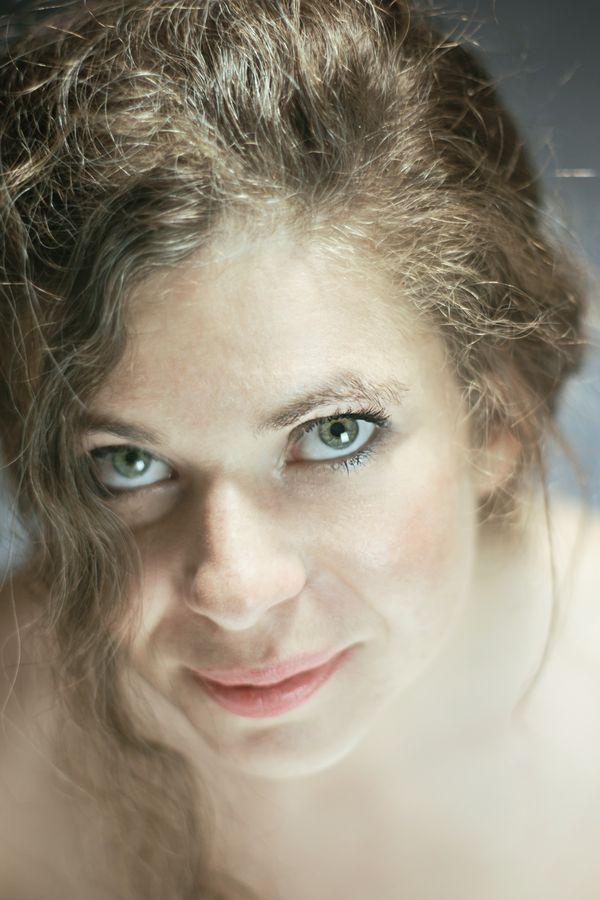 Portrait high key d'Alix Betty en studio, chez moi à Caluire-et-Cuire. Elles à des yeux verts exceptionnels et un doux sourire.